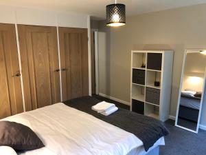 A bed or beds in a room at 5 Bed Camberley Airport Accommodation