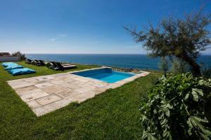 The swimming pool at or near Chalet O Amorzinho Sintra Praia
