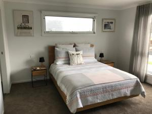 A bed or beds in a room at Snapper House