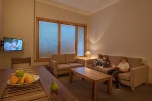 A seating area at Smiggins Hotel & Chalet Apartments