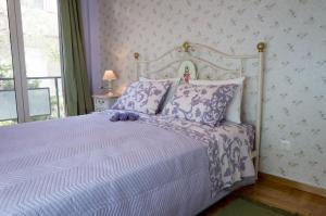 A bed or beds in a room at THE HOUSE OF LAVENDER