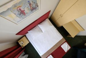 A bed or beds in a room at Hotel Metropolis