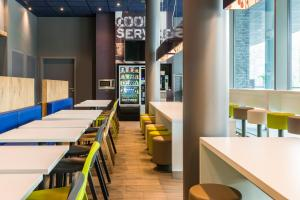 A restaurant or other place to eat at ibis budget Blankenberge