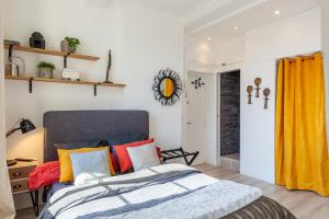 A bed or beds in a room at STUDIO VIEUX-PORT VUE BASILIQUE NOTRE-DAME