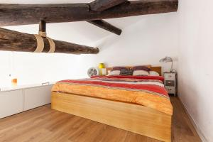 A bed or beds in a room at le loft du Panier