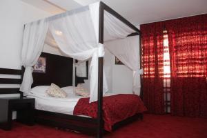 Un pat sau paturi într-o cameră la Hotel Sydney
