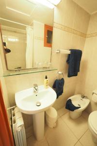 A bathroom at Hotel Montserrat