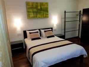 A bed or beds in a room at 7HCR 1-6 Self-Catering Apt at 7, Hunupitiya Cross Rd