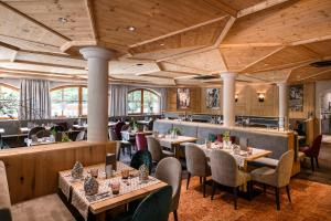 A restaurant or other place to eat at Alpinresort Stubaierhof ****s
