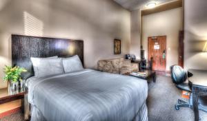 Кровать или кровати в номере Podollan Inn & Spa - Grande Prairie