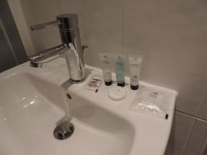 A bathroom at 5 Bed Camberley Airport Accommodation
