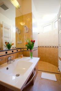 A bathroom at Anna Hotel