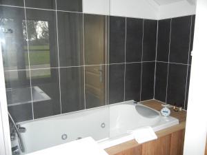 A bathroom at Château De Cocove