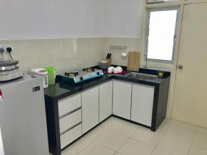 A kitchen or kitchenette at Spice Tunas House