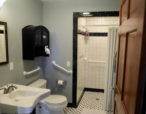 A bathroom at Brava House B&B