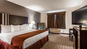 A bed or beds in a room at Best Western Pahrump Oasis