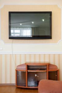 A television and/or entertainment centre at Apartment on Sobornyy 94