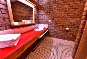 A bathroom at Flinders Cove Motel