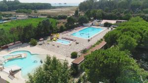 Ein Blick auf den Pool von der Unterkunft Camping Villaggio Paestum oder aus der Nähe