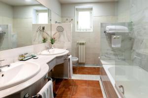A bathroom at Parador de Tordesillas