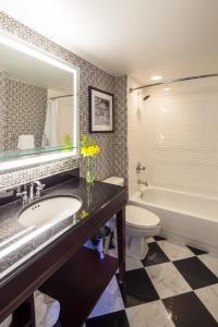 A bathroom at Hamilton Hotel - Washington DC