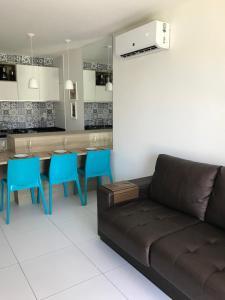 A seating area at Apto ILOA na Barra de São Miguel