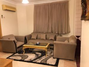 Uma área de estar em Dar Al Riyadh Apartments