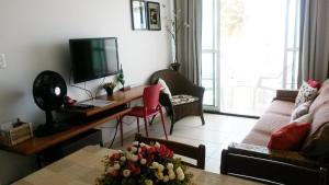 Uma TV ou centro de entretenimento em Apartamento Cabo Branco