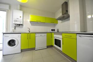 Una cocina o zona de cocina en Apartamentos Turisticos Veladiez