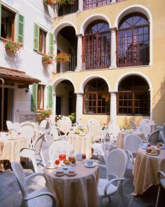 A restaurant or other place to eat at La Contrada dei Monti