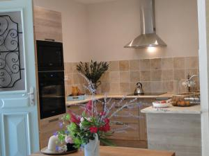 A kitchen or kitchenette at La Caroline