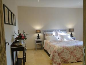 A bed or beds in a room at La Caroline