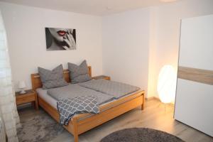 A bed or beds in a room at Neue und moderne Ferienwohnung