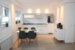 A kitchen or kitchenette at Neue und moderne Ferienwohnung