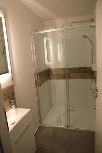 A bathroom at Neue und moderne Ferienwohnung