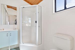 A bathroom at Fisherman's Beach Holiday Park