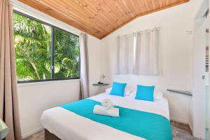 A bed or beds in a room at Fisherman's Beach Holiday Park