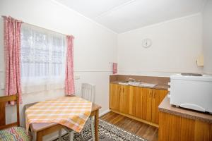A kitchen or kitchenette at Rosedale Cottages