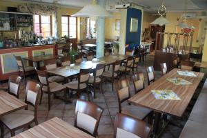 A restaurant or other place to eat at Hotel Krone Kappel