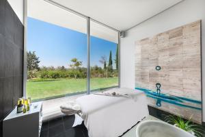 Uma casa de banho em Convento do Espinheiro, Historic Hotel & Spa