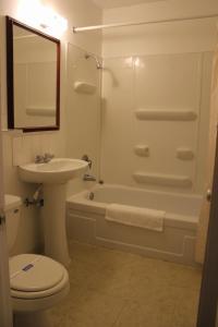 A bathroom at John Day Motel