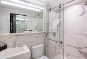 A bathroom at Aliz Hotel Times Square