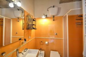 A bathroom at Amalfi Apartment Sleeps 4 WiFi