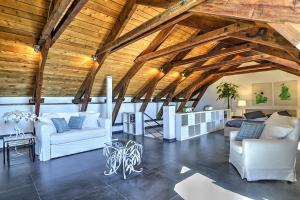 A seating area at Amalfi Apartment Sleeps 3 Air Con WiFi