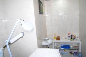 A bathroom at Bénin Royal Hôtel