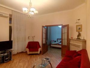 Uma área de estar em Apartment Samed Vurgun st.