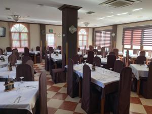 Un restaurante o sitio para comer en Hotel-Restaurante la Loma