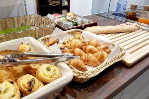 Breakfast options available to guests at Hôtel du Parc Ath