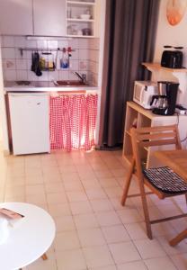 A kitchen or kitchenette at Appartement Eglantines