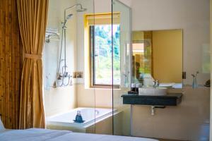 A bathroom at Trang An Retreat